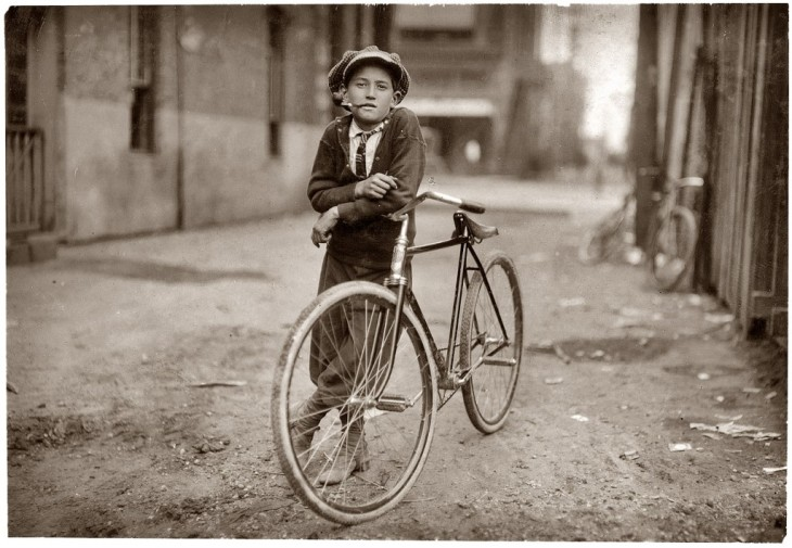 """>Bike courier a serviço da Mackay Telegraph Company - Waco, Texas """"Disse ter 15 anos de idade. Exposto aos perigos da Luz Vermelha. """"Set 1913"""