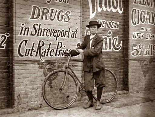 """""""Howard, o Menino de entregas: 1913."""" Este bike courier tem 13 anos trabalha das 09h30 - 22:30 todos os dias!"""
