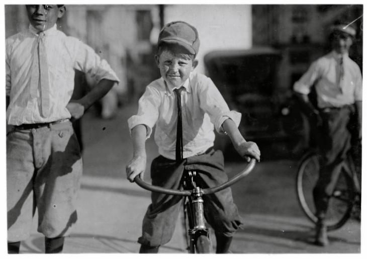 """Onze anos de idade, mensageiro da Western Union mensageiro # 51. J.T. Marshall Houston, Texas. """"Ele já foi garoto um dia. Trabalha há cinco meses. E já frequenta o . Distrito da Luz Vermelha e já conhece algumas garotas. """"Out 1913"""