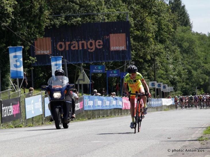A ciclista brasileira da Ale Cipollini, Flavia Oliveira, tentando a fuga do pelotão no GP Plouay foto: Anton Vos