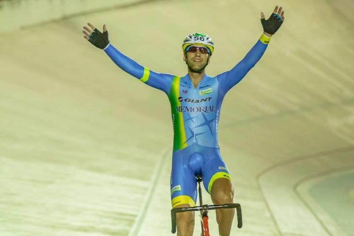 Robson Ribeiro comemora seu 25º título brasileiro na Pista. foto: Thiago Lemos/CBC