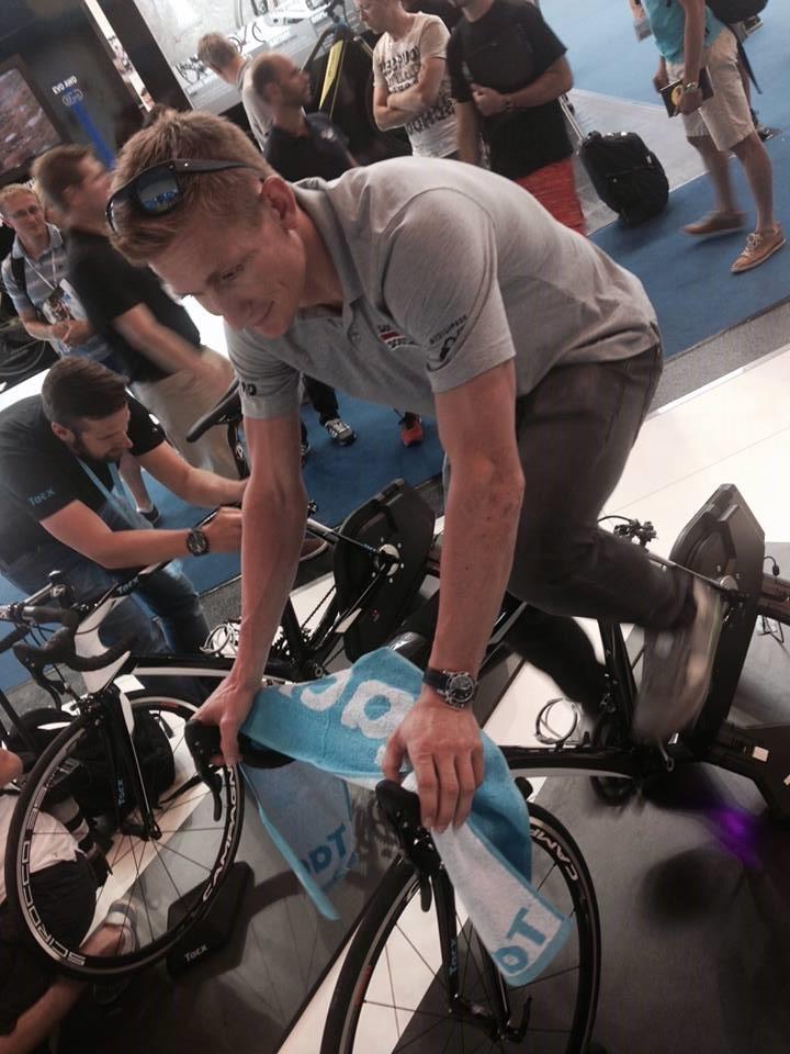 André Greipel testa o Tacx NEO smart durante a Feira deFriedrischshafen foto: Divulgação