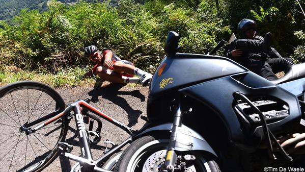 Um motoqueiro da organização tira uma provável vitória das mãos de Avermaet  foto: Tim de Waele