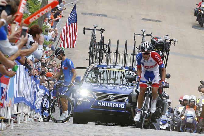 A fuga do dia com o chileno José Luis Rodriguez. O italiano,Davide Martinelli teve problemas com o câmbio eletrônico e trocou de bicicleta. Foto: Bettini