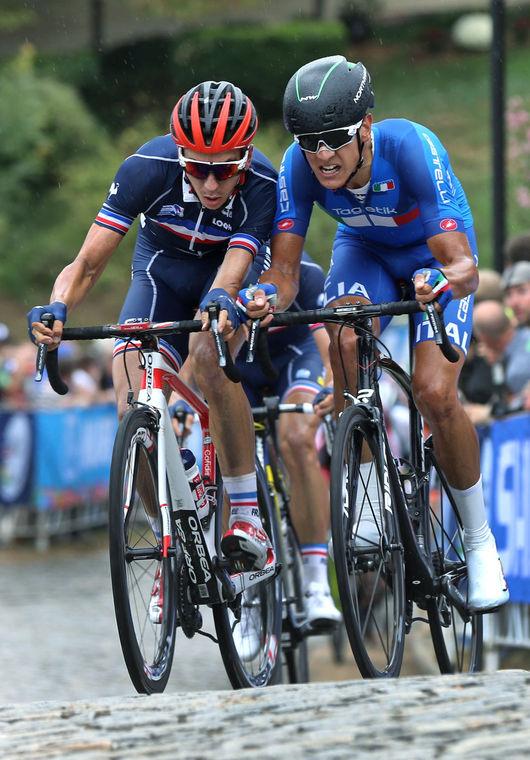 Momento decisivo o italiano Davide Martinelli (à direita) e o o francês  Anthony Turgis disputam a posição no corpo a corpo na subida da  colina Libby Hill. Atrás deles o vencedor Kevins Lenadois. Foto: P. Kevin Morley