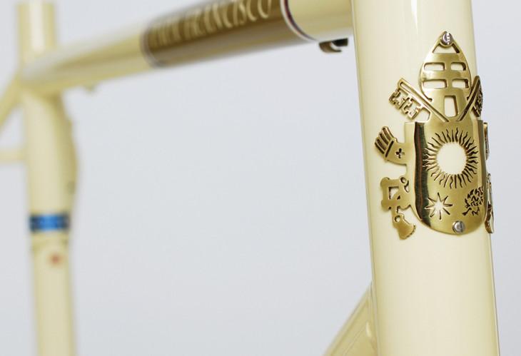 O brasão de armas do Vaticano foi produzido pelos artesãos Carl &Rose Foto: Breezer Bikes/ASI