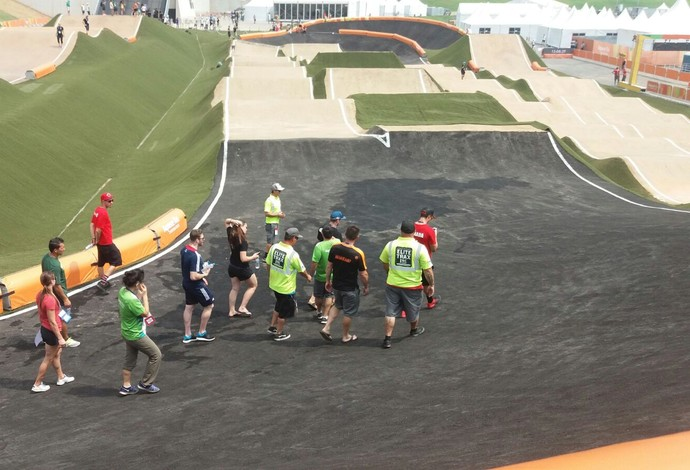 Pilotos e dirigentes fazem a verificação da pista. foto: Lorena Dillon