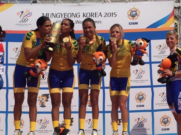 Seleção militar brasileira comemora o ouro por equipes - foto: Divulgação