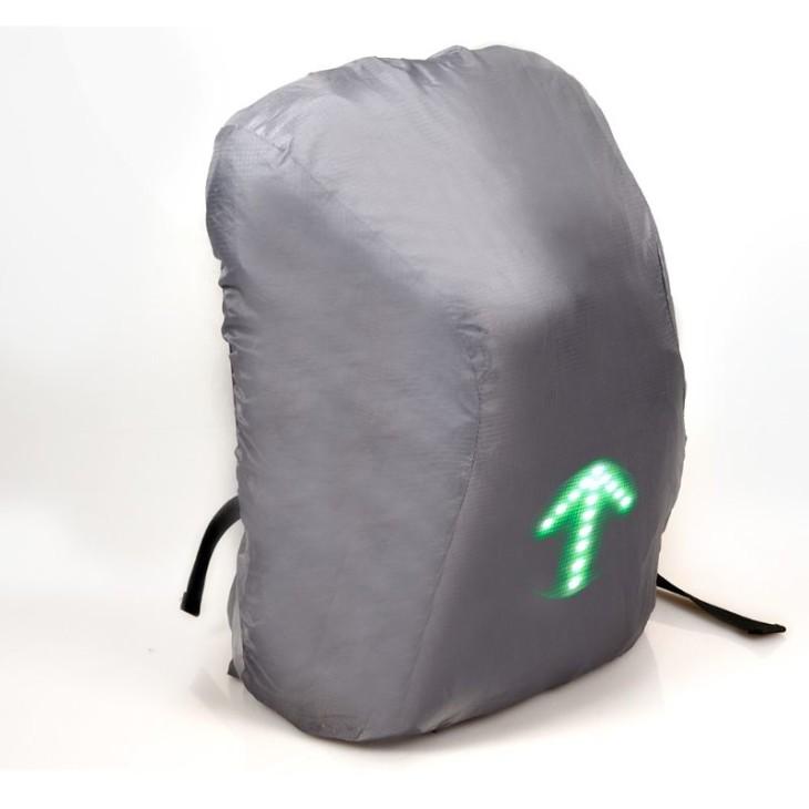 Para os dias de chuva ela vem com uma capa para cobrir a mochila e que possibilita a visualização do painel de Led's