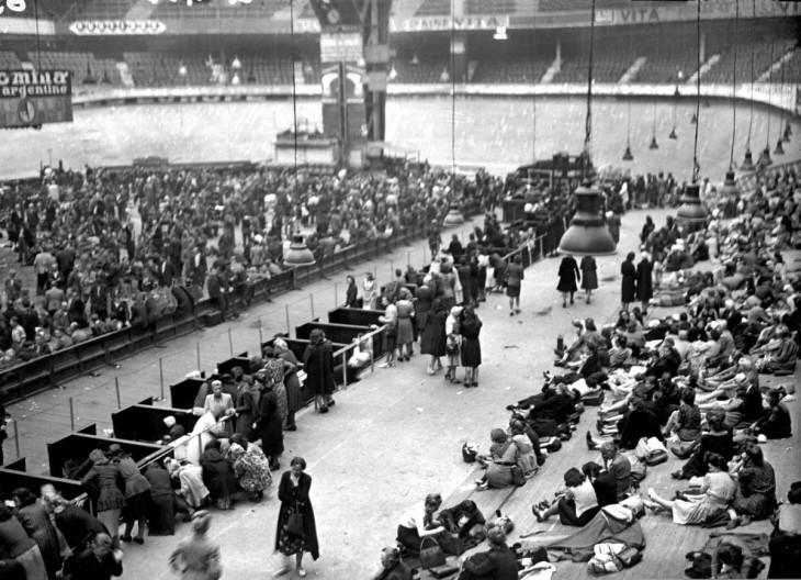 Os colaboradores com os ocupantes alemães foram presos e se reuniram no Velodrome d'Hiver em Paris em agosto de 1944.