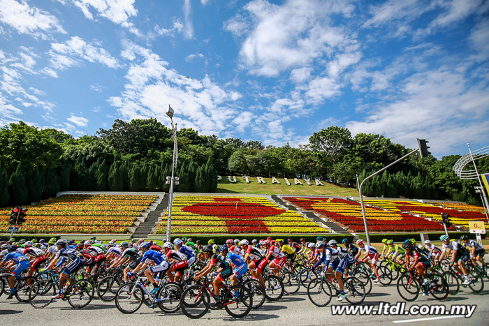O pelotão saindo da cidade de Putraya aonde foi dada a largada da 6ª etapa