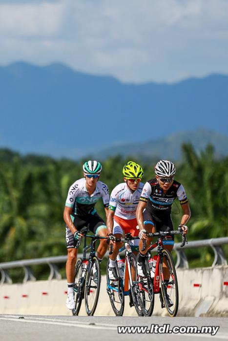 a fuga do dia: ,o britânico James Oram/One Pro Cycling, o brasileiro  João Marcelo Gaspar Funvic-Soul-Carrefour e Donaben Goh/Terengganu