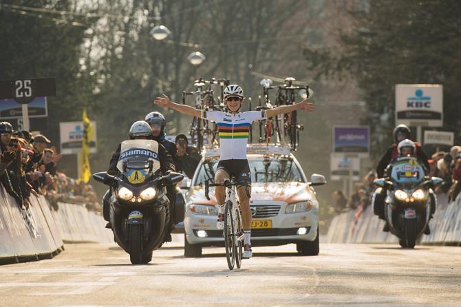 Lizzie Armitstead cruza em primeiro e espanta a maldição de que um campeão mundial não vence uma clássica belga. Foto: