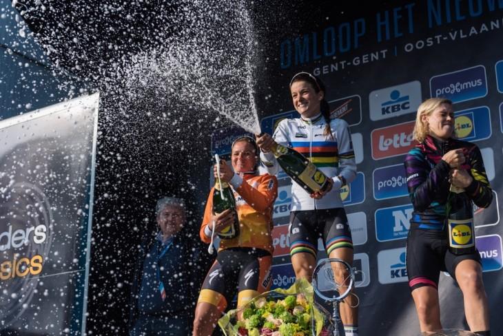 Lizzie Armitstead comemora sua primeira vitória na Omloop Het Nieuwsblad - foto: Sean Robinson/Velofocus