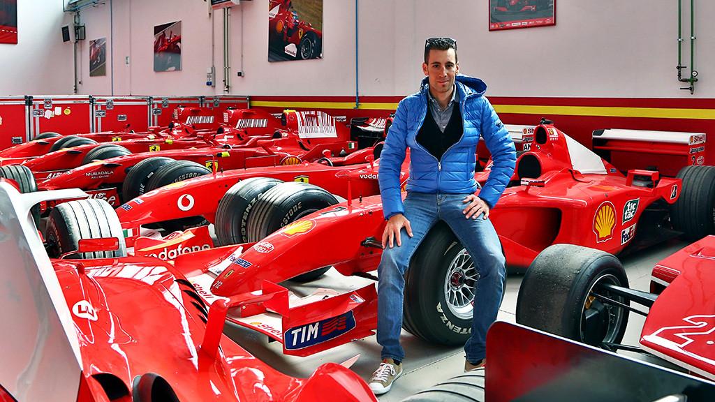 Nibali junto aos carros de F1 da Ferrari