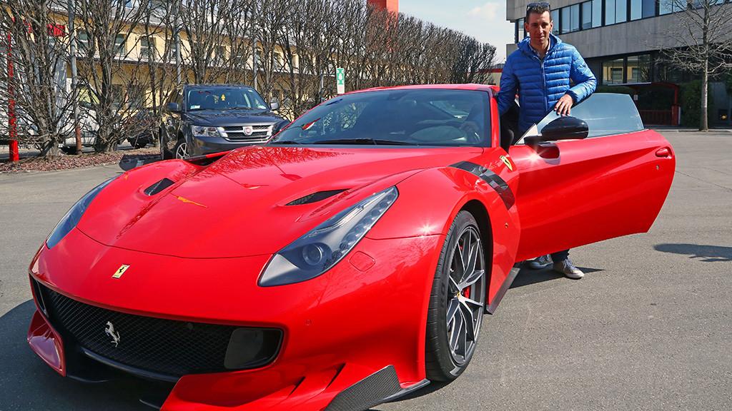 Nibali e a Ferrari F12tdf - edição limitada produzida em homenagem aos 13 títulos da marca italiana no tour automobílistico