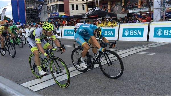 Vitória apertada. Andrea Guardini, supera seu compatriota Jakub Mareczko - foto: ltdl.com.my