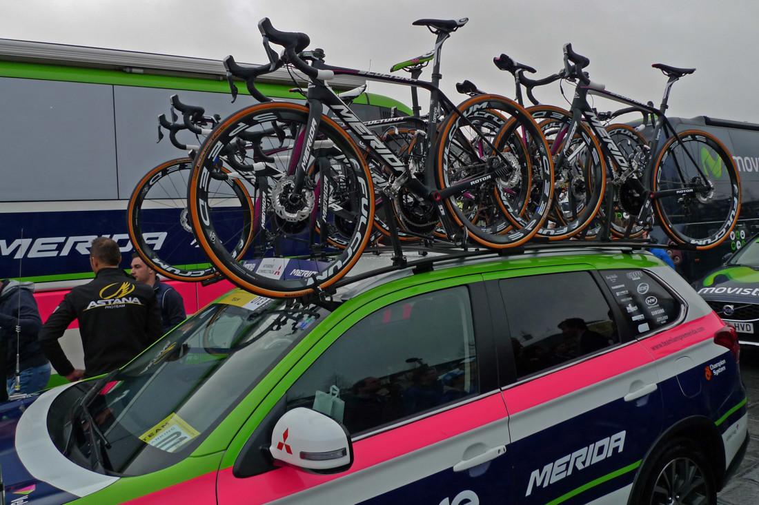 A equipe Lampre-Merida entrou na Paris>Roubaix com todos os seus ciclistas usando a bicicleta Scultura Disc