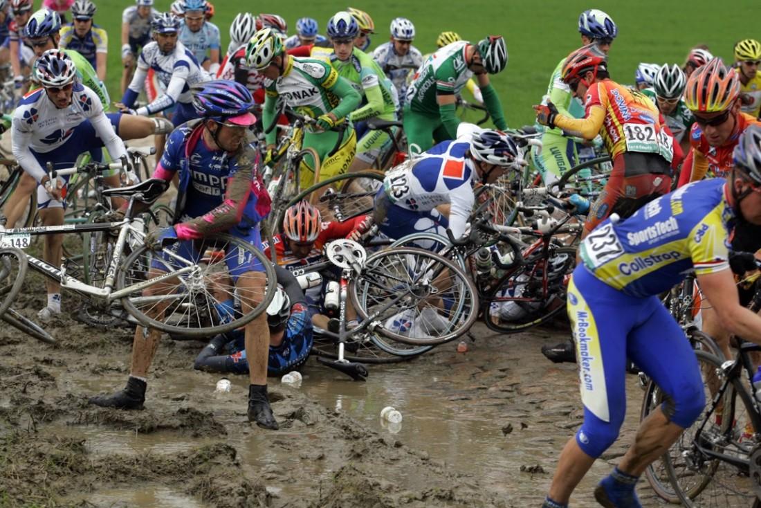 Roubaix-Frankrijk-wielrennen-cycling-cyclisme- Parijs-Roubaix - Paris-Roubaix - valpartij op strook 21 met Peter van Petegem (Lotto) en Allan Davis (Liberty Seguros) als belangrijkste slachtoffers - Foto Marketa Navratilova/Cor Vos©2005