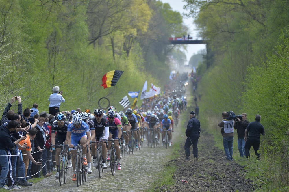 Paris>Roubaix 2014 o pelotão cruza o trecho de pavês na Floresta de Aremberg - foto: Graham Watson