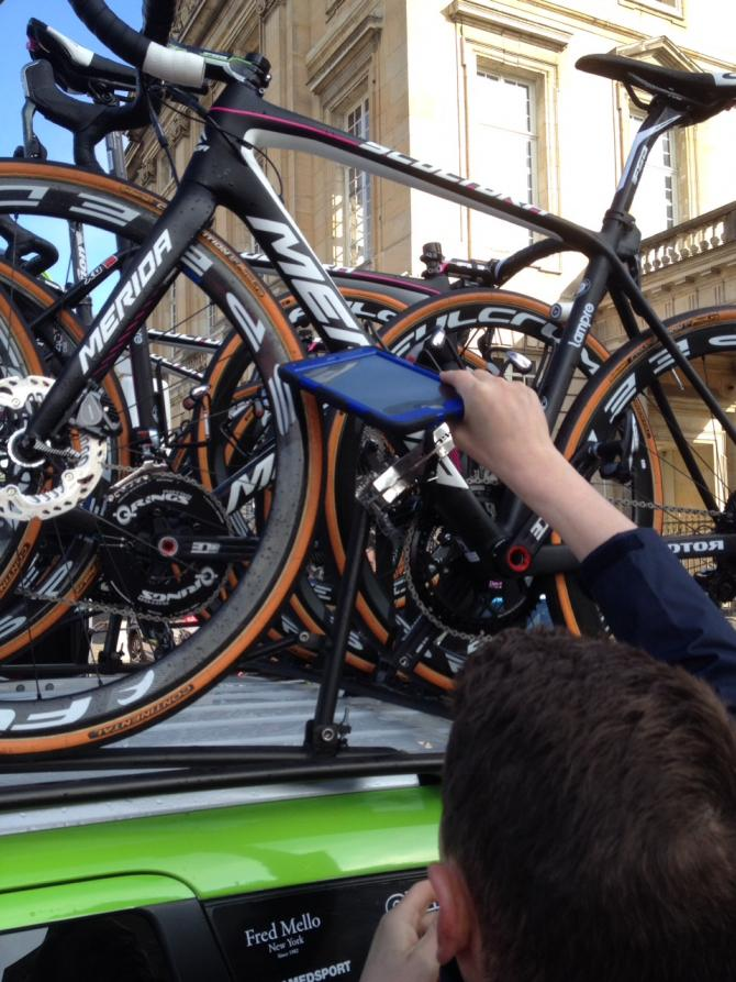 """Os testes com os tablets da UCI são feitos com as bicicletas """"paradas"""" - foto: Stephen Ferrand"""