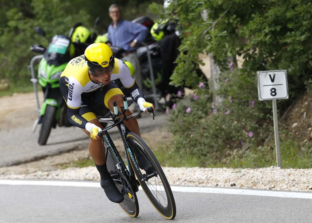 "9ª etapa do Giro 2016 - Primoz Roglic troca de bicicleta e ""pedala relaxado"