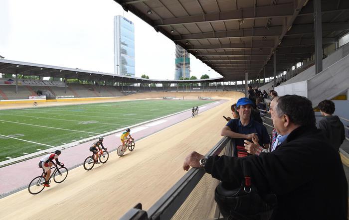 Ciclisti sulla pista completamente rinnovata del velodromo Vigorelli, riaperto eccezionalmente in occasione dell'inaugurazione, Milano, 02 giugno 2016. ANSA/DANIEL DAL ZENNARO