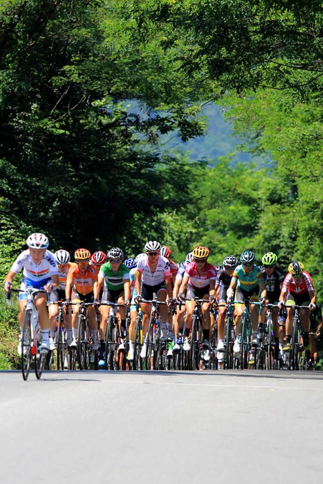 Pelotão disputa a 8ª etapa ©Flaviano Ossola/Giro Rosa