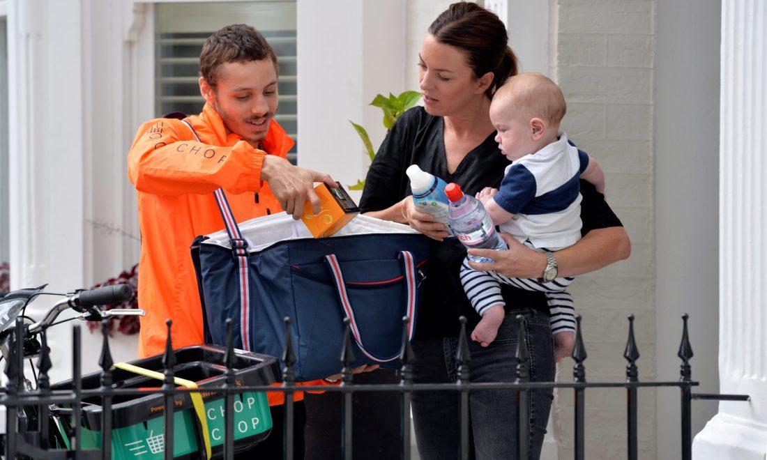 Ciclista faz a entrega das compras - foto: Graham Flack/Sainsbury-