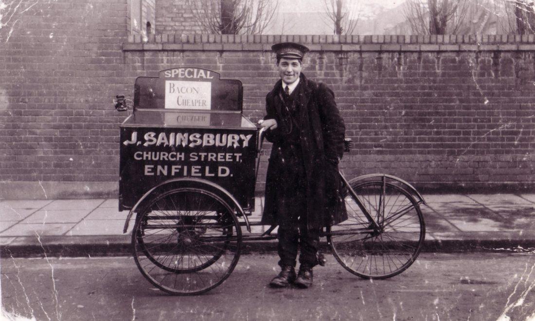 Harry Webb, um menino de entrega para Sainsbury, com seu triciclo em 1913. Foto: Sainsbury