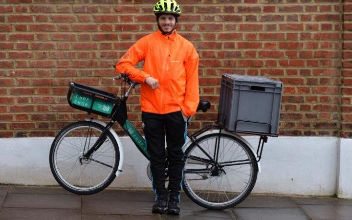 Um retorno às raízes da Sainsbury com o serviço de entregas feitas por ciclistas - foto: Graham Flack/Sainsbury