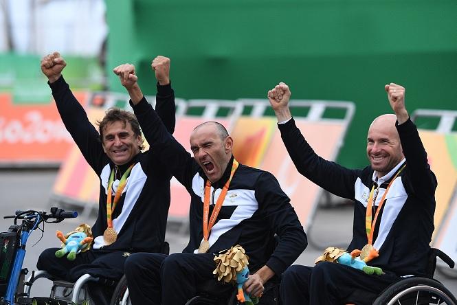 A equipe italiana comemora o ouro - Zanardi, Mazzone e Podesta - foto: Comitato Paralimpico Italiano
